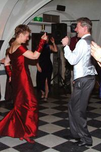 040327 Ton en Ivonne dansen op hun huwelijksfeest