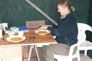 Ivonne luncht onder het afdak